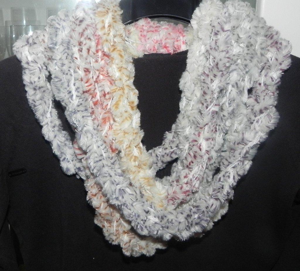 Sciarpa collana fatta a mano ad uncinetto filato morbidissimo dai toni delicati