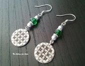 Orecchini con bottoni vintage in metallo brunito,perle di vetro color verde smeraldo e perline in tono argento anticato