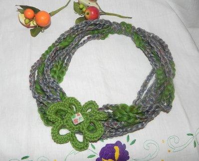 Sciarpa collana realizzata ad uncinetto con filato grigio-verde
