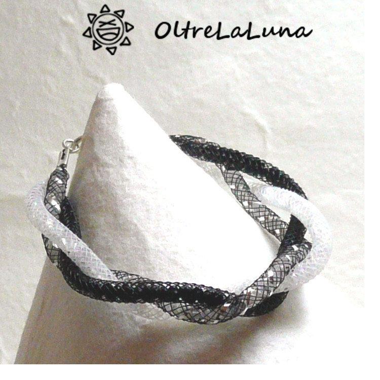 Bracciale intrecciato in maglia tubolare bianca nera ed argento