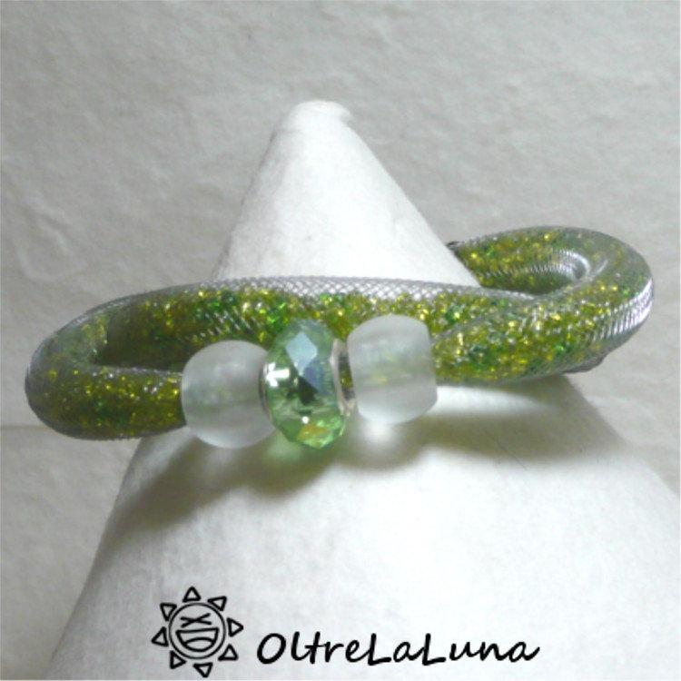Bracciale in maglia tubolare e cristalli  di varie tonalità di verde