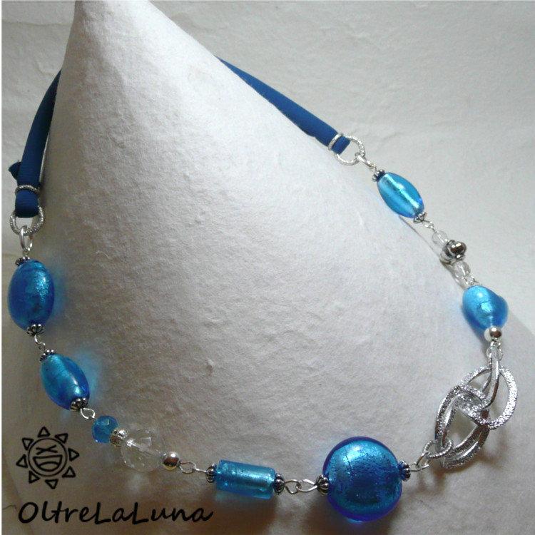 Collana con pietre azzurre in vetro e tubolare in lycra