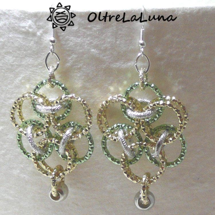"""Orecchini """"Delta"""" in catena di alluminio color oro e verde"""