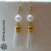 Orecchini con nappine e perle
