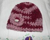 Cappellino-berretto donna in filato bouclè realizzato ad uncinetto