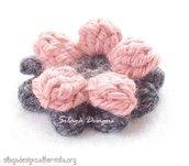 Spilla shabby-chic a fiore in lana realizzata a mano - modello Corolla, collezione Armonie