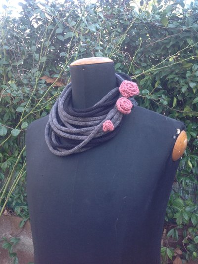 Collana scaldacollo con rose ad uncinetto