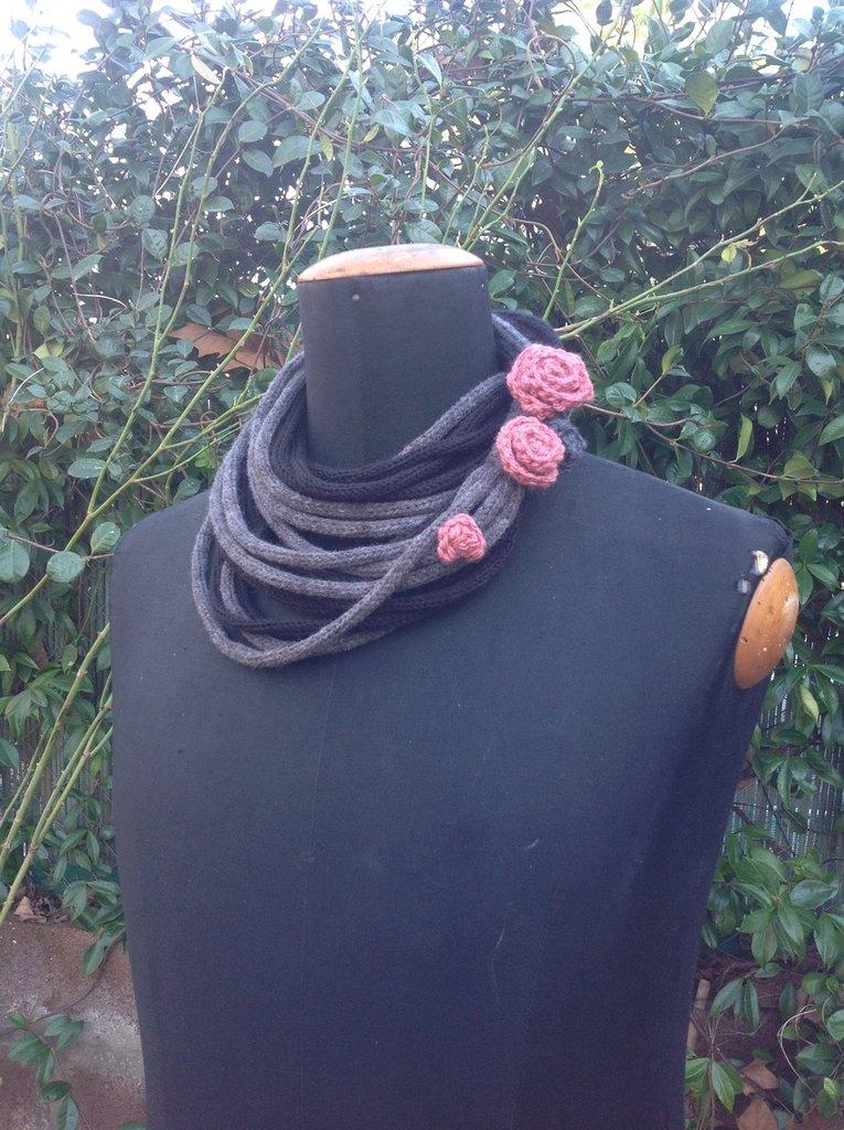 Collana scaldacollo con rose ad uncinetto