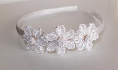 Cerchietto bianco con fiori kanzashi fatti a mano