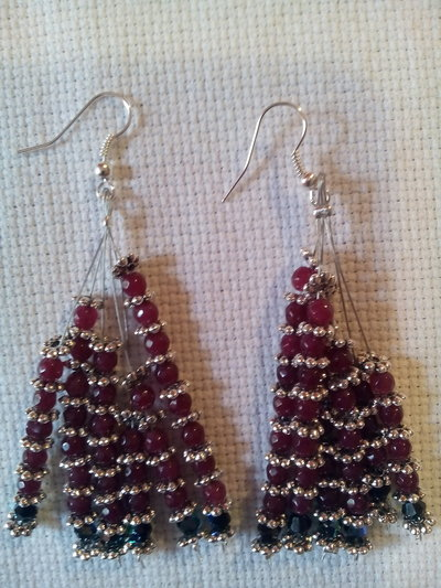 Orecchini pendenti con pietre dure rosso rubino