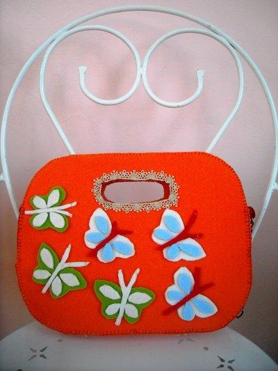 Borsa arancione a tracolla con farfalle colorate. Cucita a mano. Idea regalo!