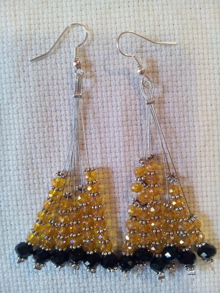 Orecchini pendenti in perle di vetro arancio/neri