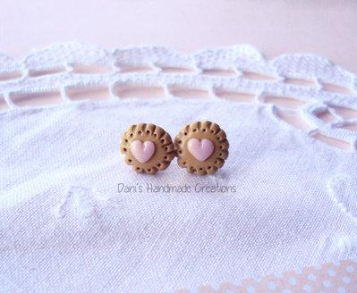 Orecchini a perno biscotti in fimo rotondi con cuori - 1,3 cm