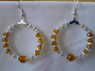Orecchini a cerchio in perle di vetro color miele