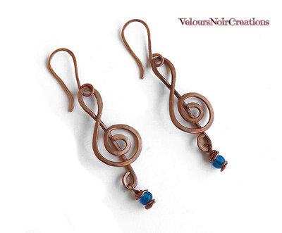Orecchini chiave di violino in rame martellato e perla in vetro blu