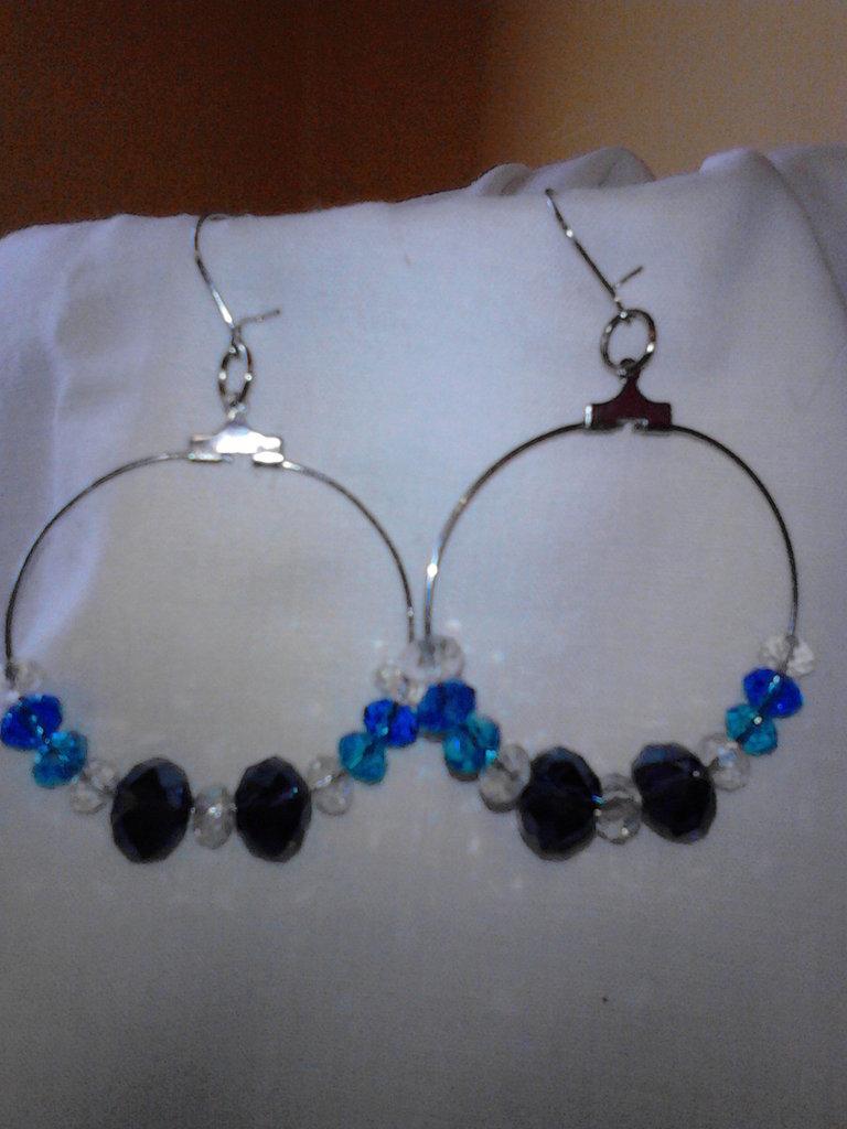 Orecchini a cerchio in perle di vetro sfacettate blu,azzurre,bianche e violacee