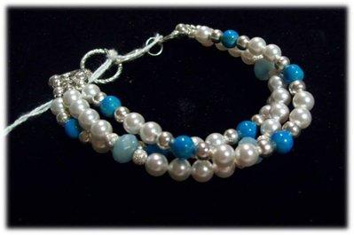 Bracciale a 3 fili di perle Swarovski White e pietre celesti.