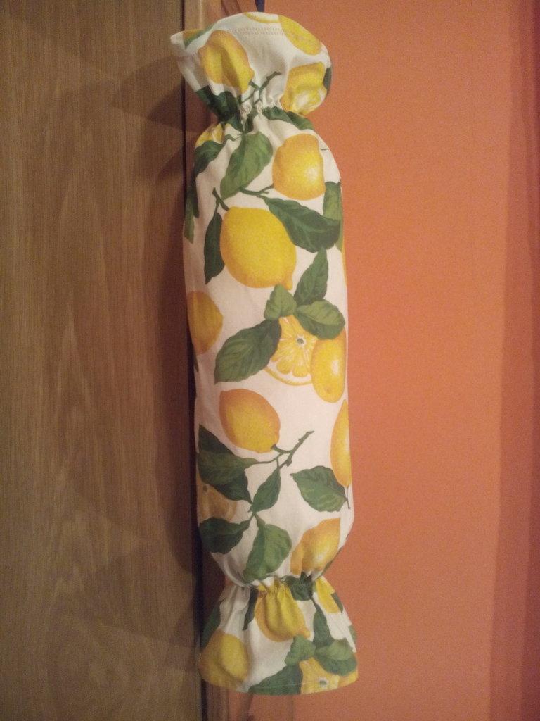 Comodissimo porta sacchetti borse spesa in tessuto fantasia limoni su misshobby - Porta sacchetti ...