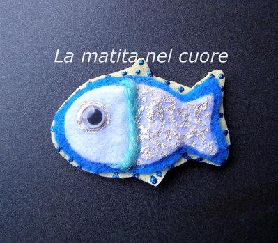 Calamita pesciolino feltro bianco e blu con occhi mobili