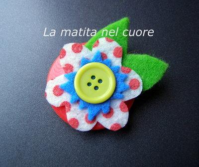 Calamita fiore a pois con foglie feltro e bottone giallo