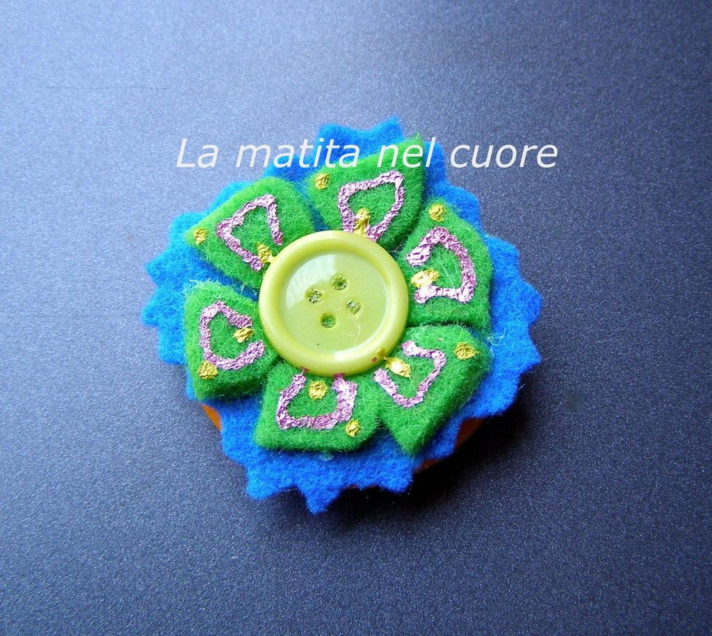 Calamita fiore zig zag azzurro e verde feltro e bottone giallo