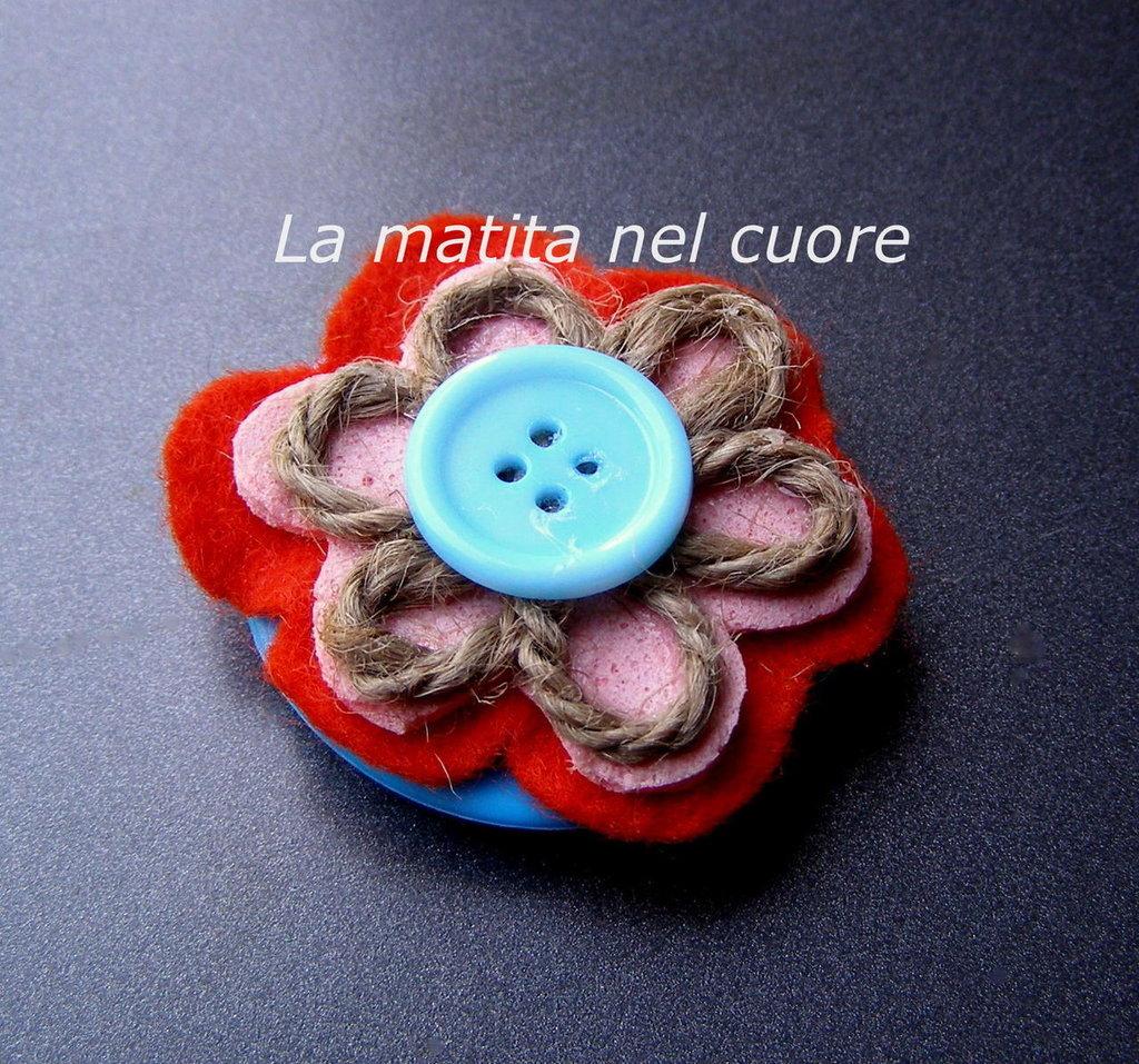 Calamita fiore pannolenci spugna rosa corda bottone celeste