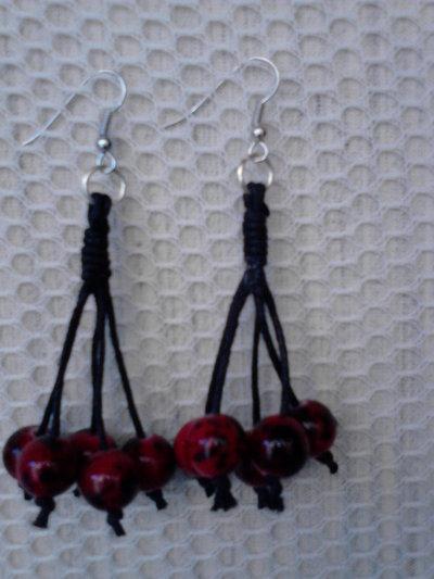 Orecchini a grappolo con perle rosse e nere