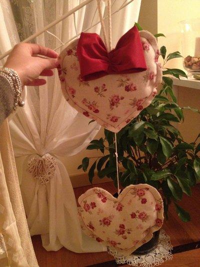 Filo di cuori in cotone stampa roselline con fiocco in taffetà di seta rubino