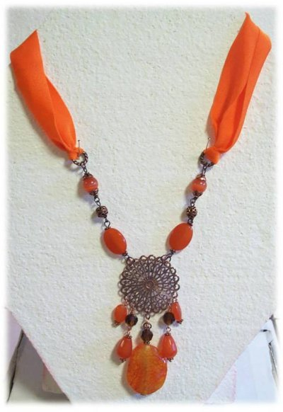 Collana girocollo con pietre arancioni