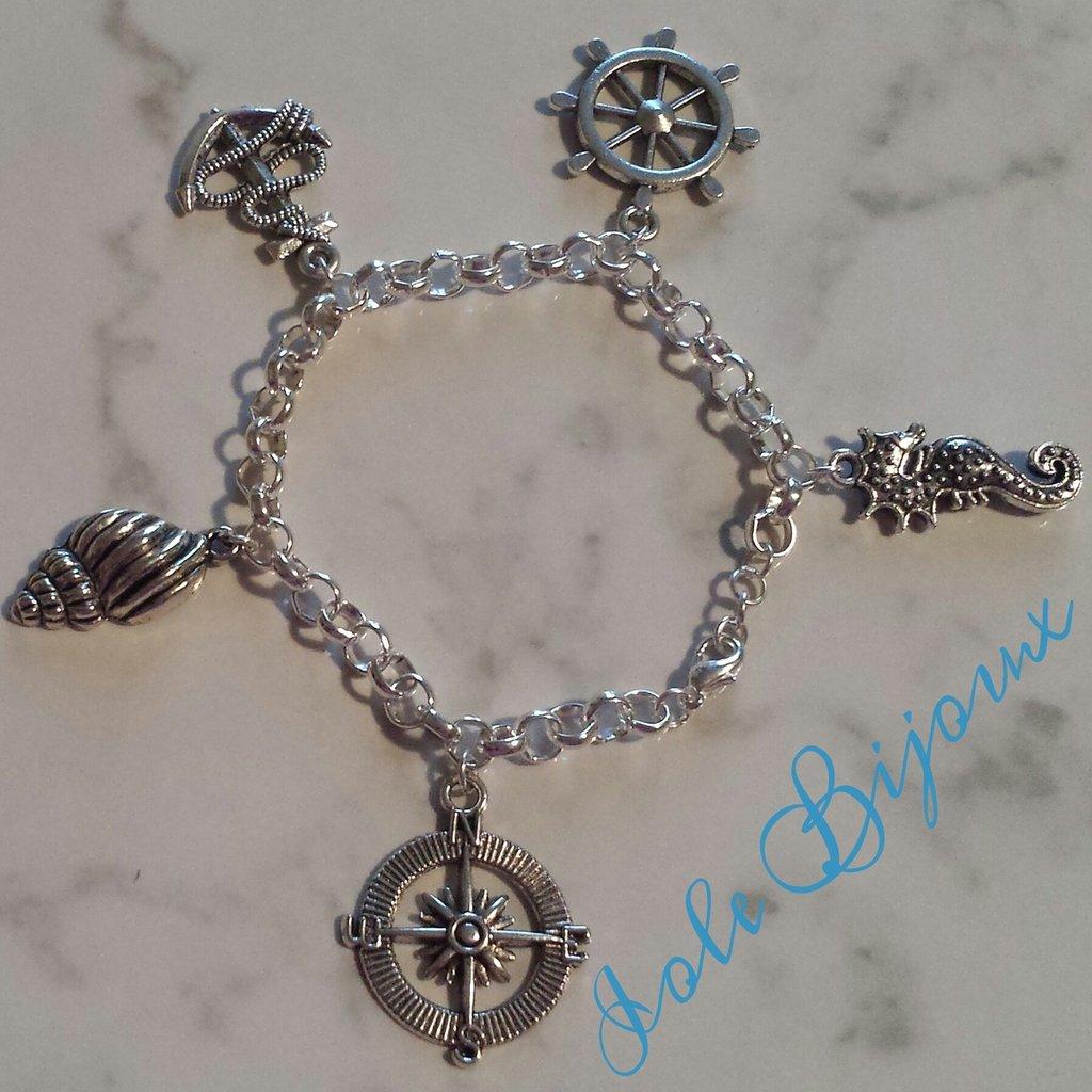 Bracciale color argento con ciondoli stile marinaro
