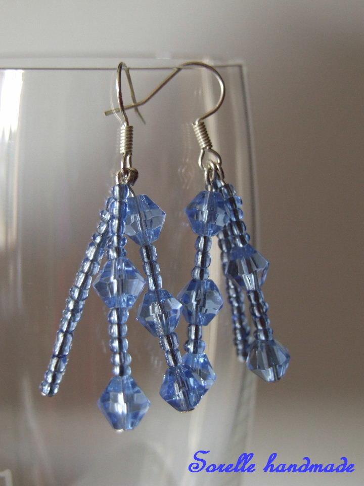 Orecchini con perle di vetro blu