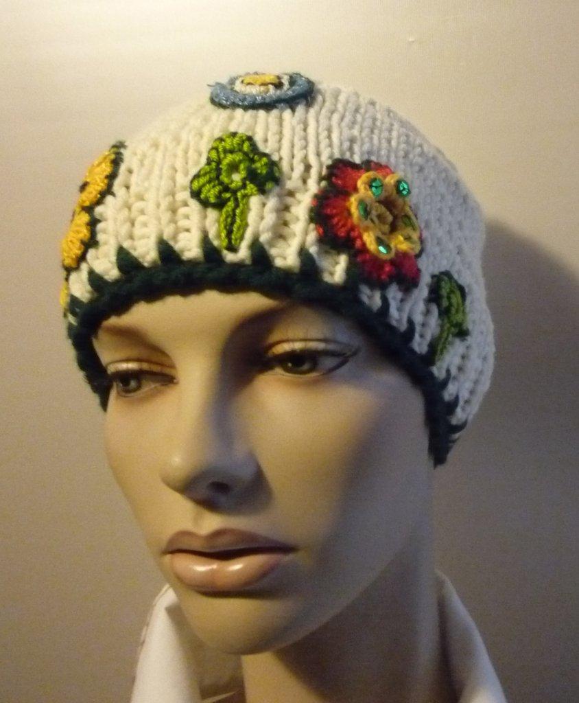 Cappello realizzato a mano con decorazioni