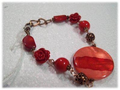 Bracciale con pietre dure e roselline rosse