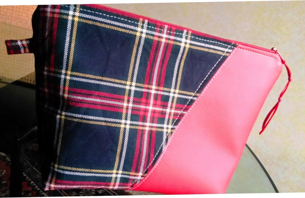 pochette in tessuto (positivo/negativo)scozzese sfondo nero ed eco pelle rossa