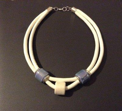 Collana blu e bianca