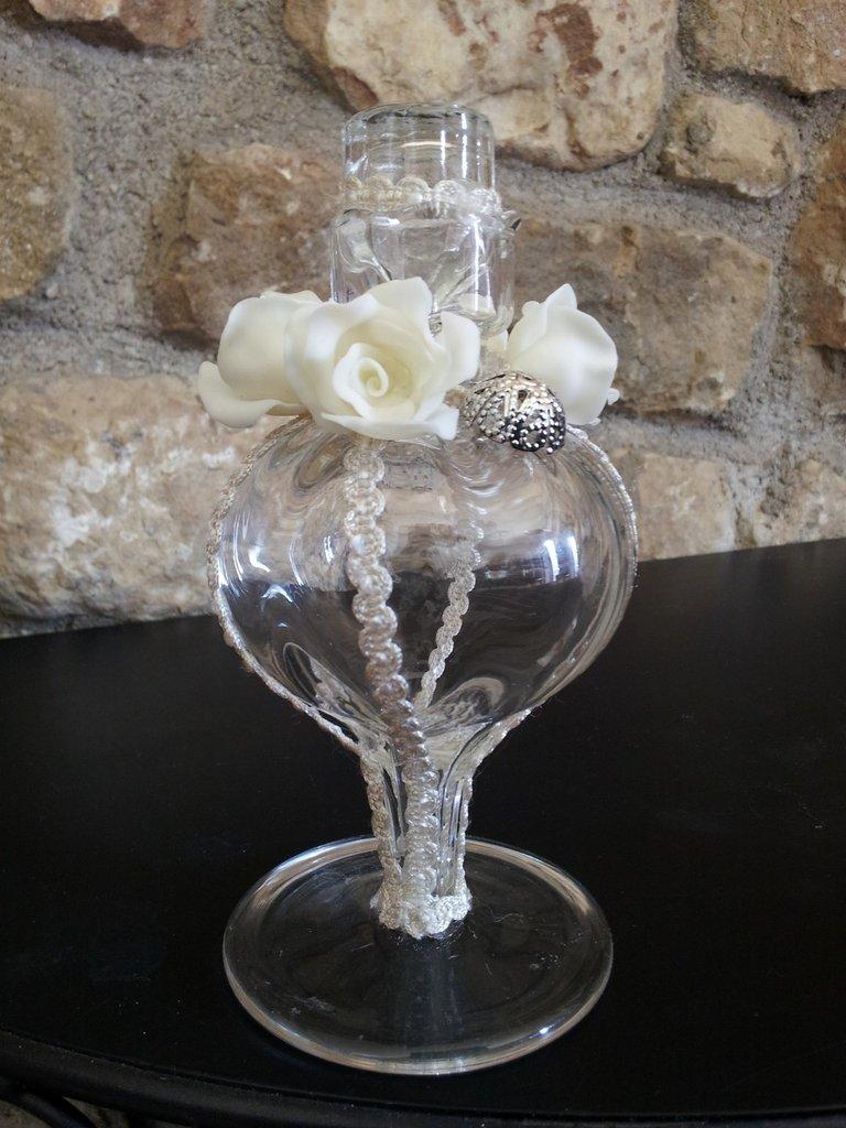 bottiglia artistica in vetro con rose in pasta di mais e passamaneria fatte a mano