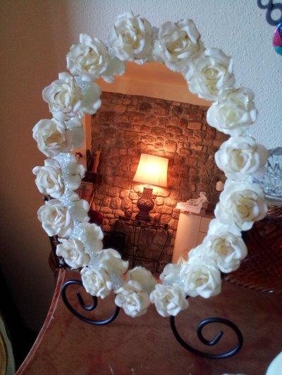 Specchio decorato con rose in pasta di mais