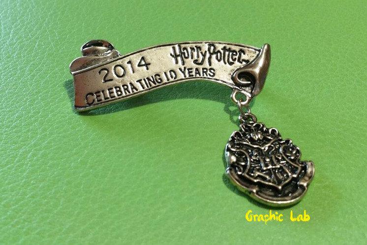 Spilla Hogwarts Commemorativa dei 10 Anni dei Film Harry Potter