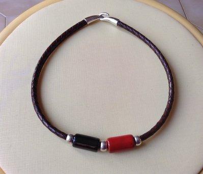 Collana con ceramica rosso e nera.
