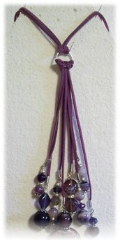 Collana lunga a grappolo nei toni del viola