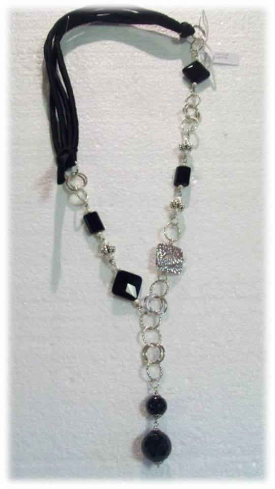 Collana lunga con pietre dure nere
