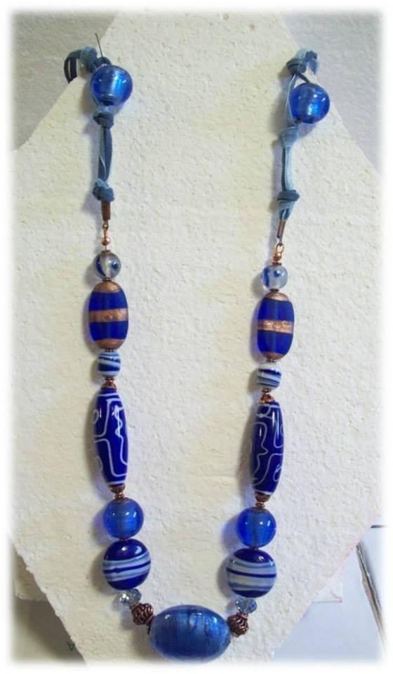 collana lunga con pietre azzurre