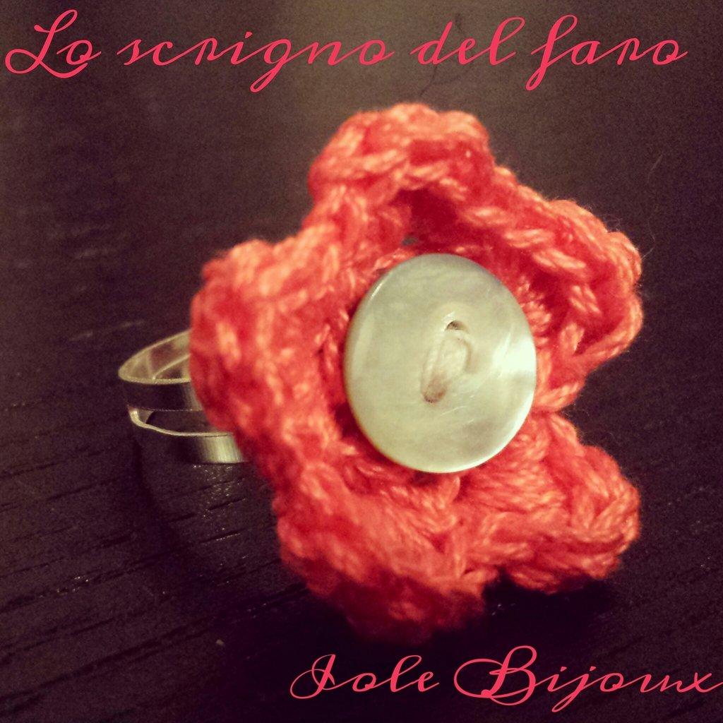 Anello con fiore uncinetto rosa corallo