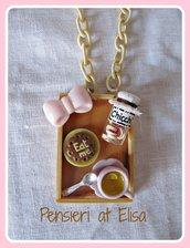 Collana vassoio legno colazione con dolci in fimo - linea rosa - barattolo chicchi, biscotto eat me e tazza tè