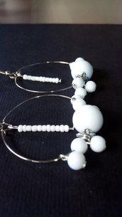Orecchini Pendenti a cerchio grandi 40mm con perle perline Bianche fatti a mano stock rivendita