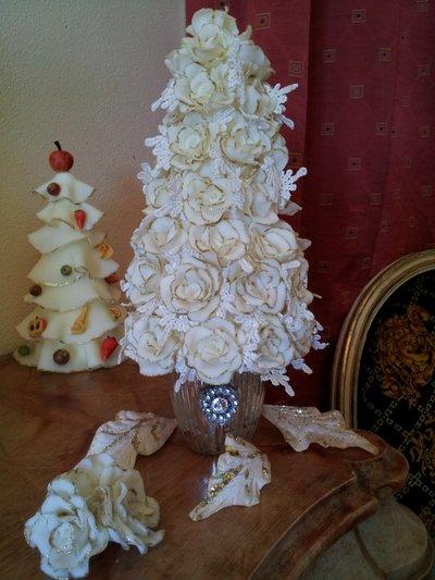 Centrotavola  di rose in pasta di mais modificata