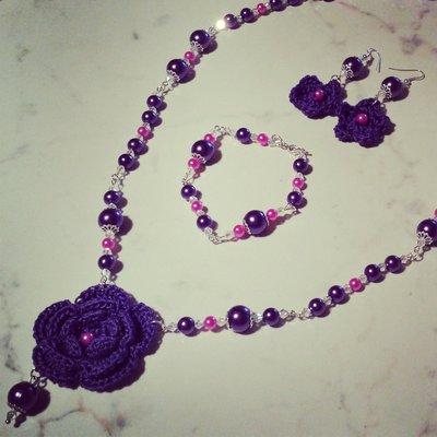 Collana orecchini e bracciale con fiori viola uncinetto e perline fucsia