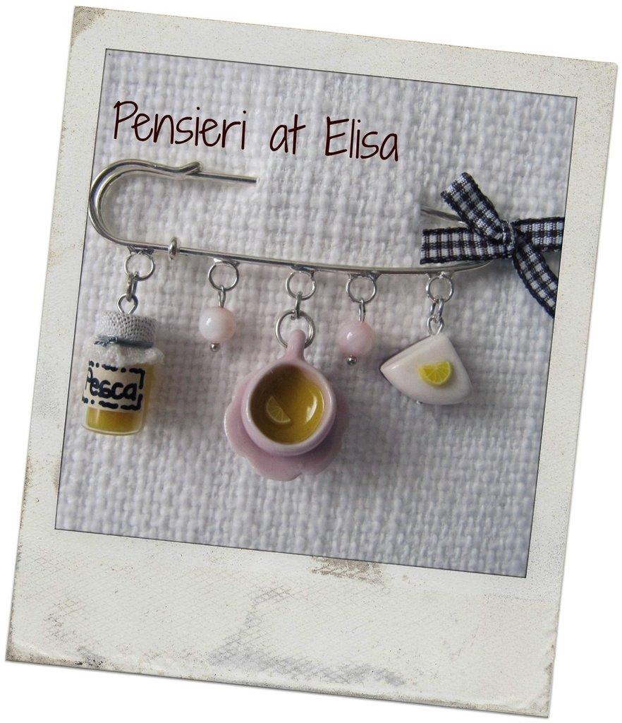 Spilla con miniature di dolci in fimo - marmellata, tazza tè e cheesecake