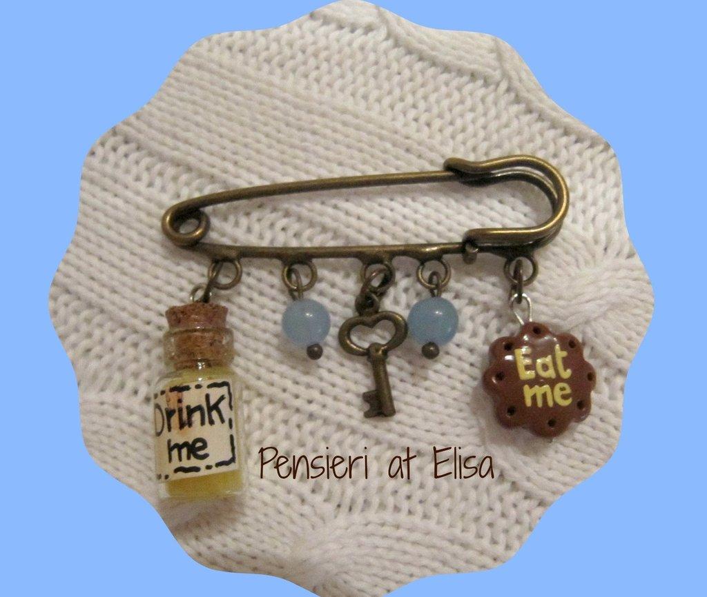 Spilla con miniature di dolci in fimo - Alice nel paese delle meraviglie - biscotto eat me, chiave e bottiglietta drink me
