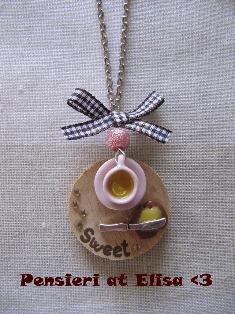 Collana vassoio legno colazione con tè e fetta biscottata con marmellata handmade in fimo